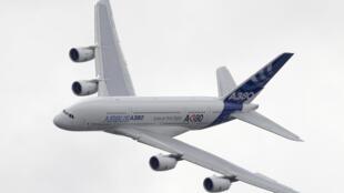 Показательный полет Аэробуса А380 на авиасалоне в Ле Бурже, 23 июня 2011.