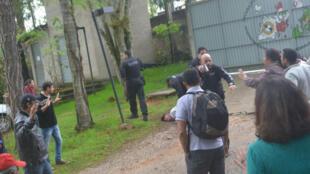 Cena da invasão da Escola Florestan Fernandes, filmada pela câmara do circuito de segurança interno