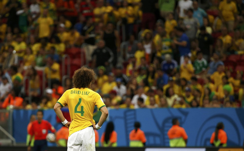 David Luiz observa a torcida, que apoiou a seleção até o fim, antes de vaiar os jogadores.