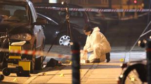 Des enquêteurs sur la scène de la première fusillade terroriste, le 14 février à Copenhague.