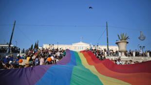 Le drapeau LGBT a flotté sur la place centrale d'Athènes.