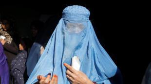 Una mujer afgana sale de la oficina electoral después de haber votado en Kabul.