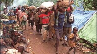 En 1997, des réfugiés rwandais arrivent à Ubundu en RDC (ancien Zaire), ils ont fui le camp de Tingi Tingi attaqué à l'époque par les forces rebelles de Laurent Désiré Kabila.