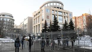 Agentes de seguridad frente al tribunal de Moscú, donde comparece el opositor ruso Alexéi Navalni, el 2 de febrero de 2021
