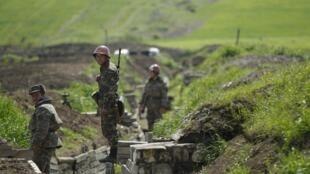 Армянские солдаты недалеко от Нагорного Карабаха, 8 апреля 2016 г.