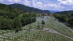 """عکس هوایی از قبرستان قربانیان در  کشتار """"سربرنیتسا"""" که در نزدیکی این شهر قرار دارد. تاریخ عکسبرداری ٢٠ ژوئن ٢٠١۵"""