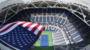 Le drapeau américain flotte au-dessus du court Arthur Ashe le 27 août 2017 à New York à la veille du début de l'US Open