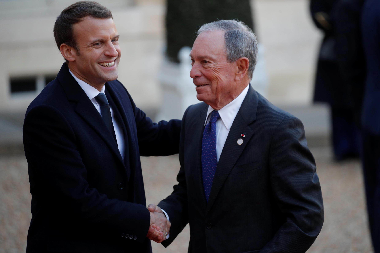 Tổng thống Pháp Macron đón tiếp ông Michael Bloomberg tại điện Elysée trước khi đến thượng đỉnh One Planet Summit ngày 12/12/2017.