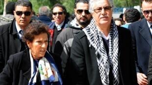 Hamma Hammami et sa compagne se dirigeant vers le cimetière où Chokri Belaïd a été inhumé, pour marquer le quarantième jour de sa mort. Le 6 février 2013 à Tunis.