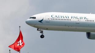 Một chiếc Boeing 777 của hãng Cathay Pacific đáp xuống sân bay Hồng Kông khi phi trường mở cửa trở lại sau xung đột giữa người biểu tình và cảnh sát. Ảnh ngày 14/08/2019.