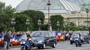 Траурный кортеж с телами погибших в Афганистане военных направляется во Дворец Инвалидов 14 июня 2012.
