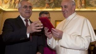 O presidente libanês Michel Suleiman e o papa Francisco trocam presentes durante encontro realizado no Vaticano nesta sexta-feira, 3 de maio de 2013.