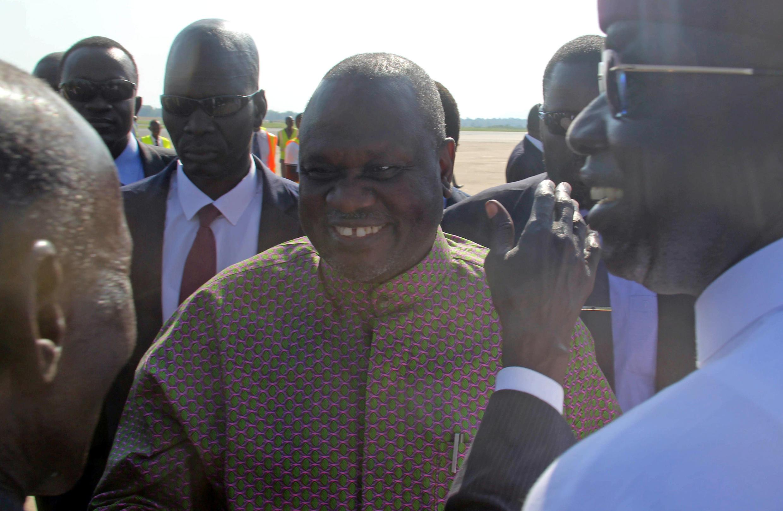 Le leader rebelle Riek Machar est accueilli à l'aéroport de Juba, au Soudan du Sud, le 31 octobre 2018. Il devrait revenir définitivement au pays le 12 novembre 2019.