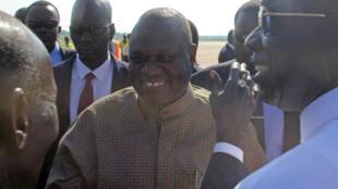 Le leader rebelle Riek Machar est accueilli à l'aéroport de Juba, au Soudan du Sud, le 31 octobre 2018.