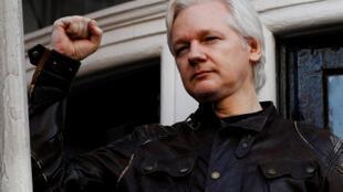 Julian Assange aparece en el balcón de la Embajada de Ecuador en Londres, en 2017.
