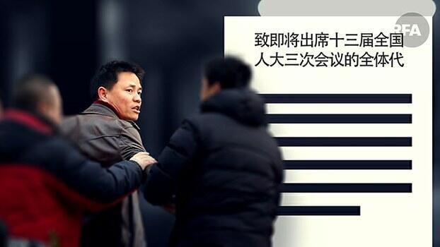 """致信人大""""国民制宪"""",张雪忠被抓一天后获释(图片素材来自路透社)"""