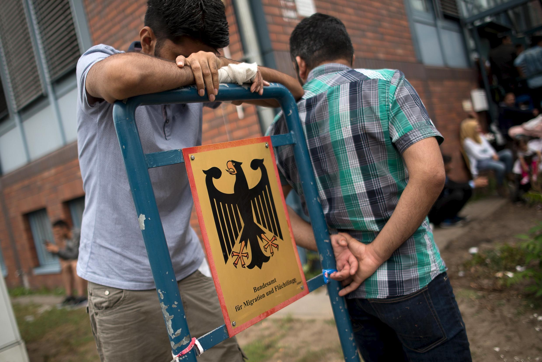 Просители убежища, ожидающие приема в Федеральной службе по мигрантам и беженцам в Берлине, 17 августа 2015.