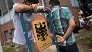 Refugiados esperan delante de la Oficina Federal de Migración y Refugiados, el pasado 17 de agosto.