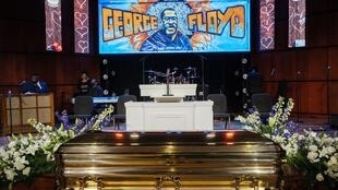 Le cercueil de George Floyd repose devant la scène installée pour la cérémonie en son hommage, le 4 juin à Minneapolis.