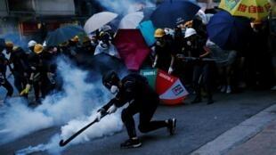 香港示威民众在中联办附近与警察发生冲突 2019年7月28日