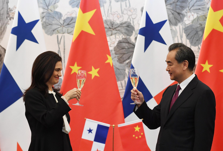 Ngoại trưởng Panama bà Isabel de Saint Malo (T) và đồng nhiệm Trung Quốc Vương Nghị tại Bắc Kinh nâng ly chào mừng quan hệ ngoại giao giữa hai nước. Ảnh ngày 13/06/2017..