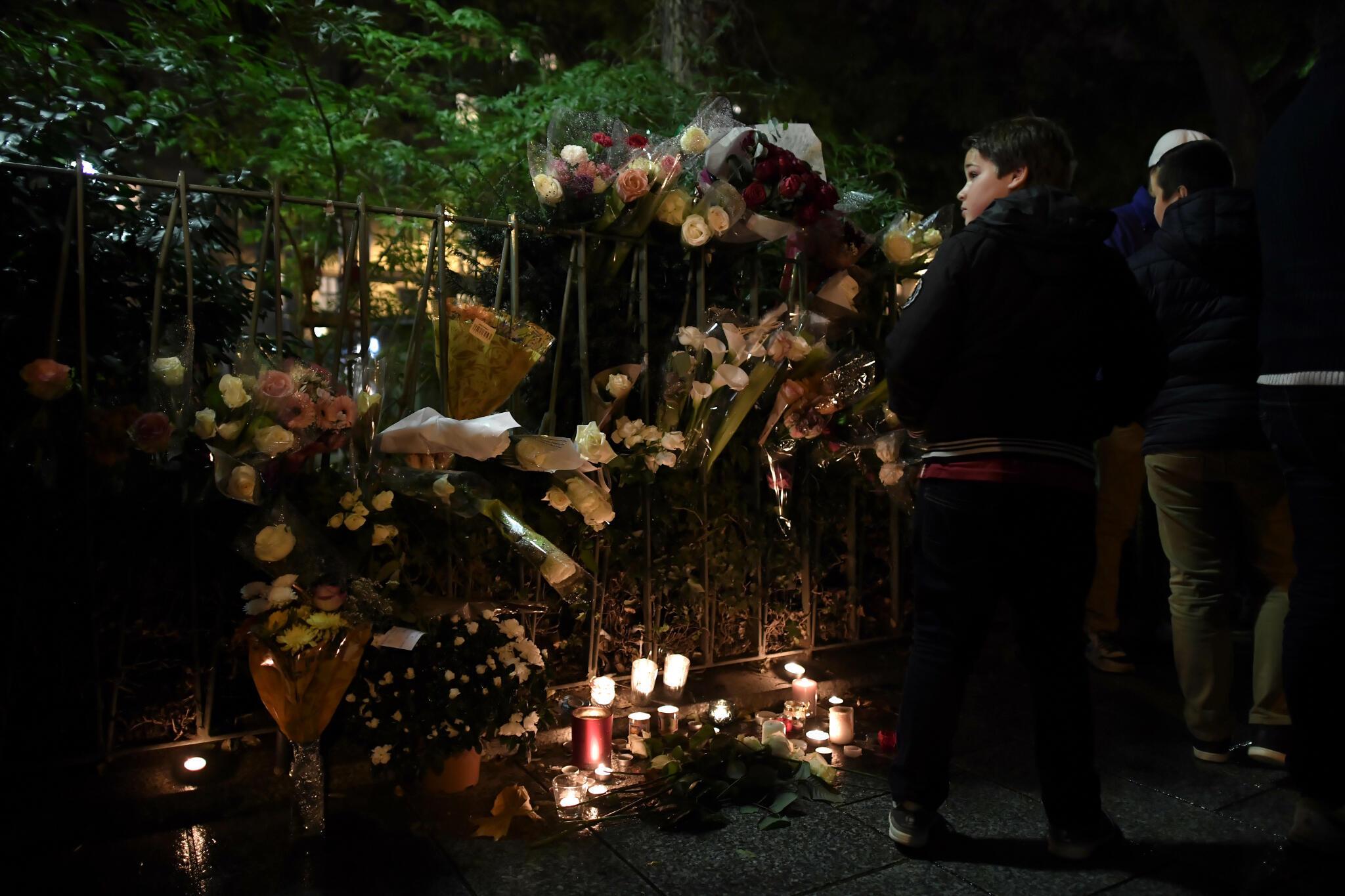 Des fleurs et des bougies, en hommage des victimes des attentats du 13 novembre 2015, près de la salle du Bataclan, quelques heures avant sa réouverture avec le spectacle de Sting, le 12 novembre 2016.