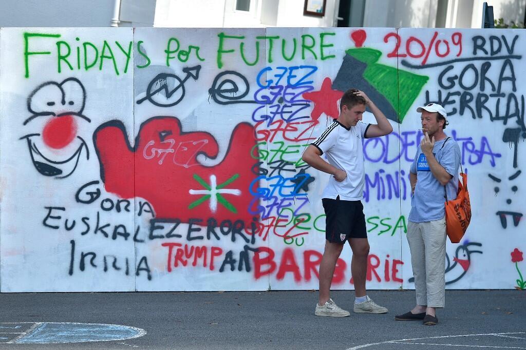 Grafitis hechos por activistas anti-G7 en Hendaya, el 22 de agosto de 2019.