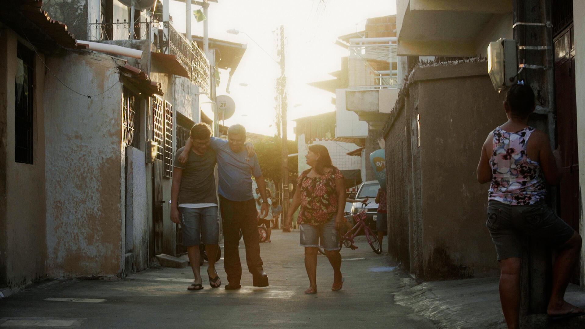 Ivanildo Lopes (centro) morreu antes de receber uma nova casa.