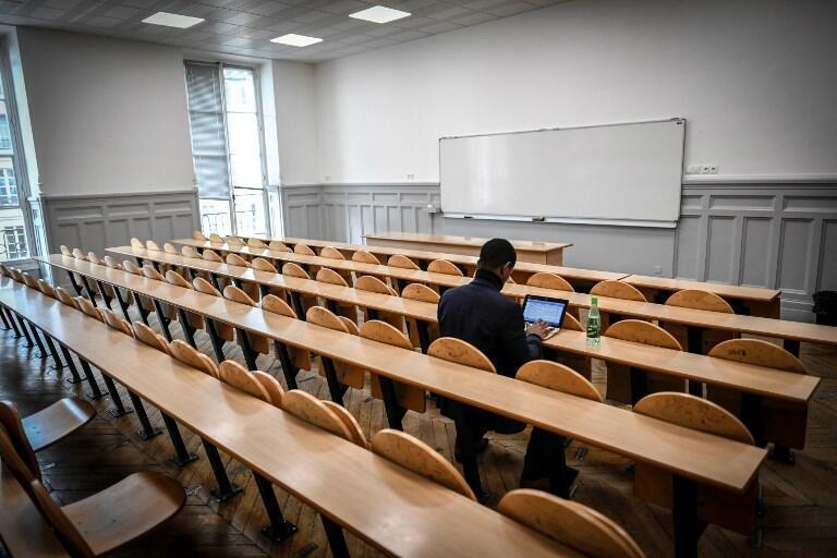 Un étudiant dans une salle de cours à l'Université Paris I Pantheon-Sorbonne (photo d'illustration).