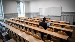 Un étudiant dans une salle de cours à l'Université Paris Pantheon-Sorbonne (photo d'illustration).