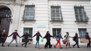 Des jeunes Autrichiens forment une chaîne humaine lors d'une marche pour le climat «Fridays For Future» devant la Chancellerie à Vienne en Autriche, le 3 janvier 2020 (image d'ilustration).