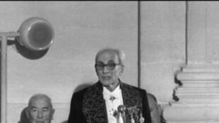 Photo prise le 25 mai 1973 de Claude Lévi-Strauss à l'Académie française de Paris, après son intronisation la veille comme académicien en remplacement de Henry de Montherlant.