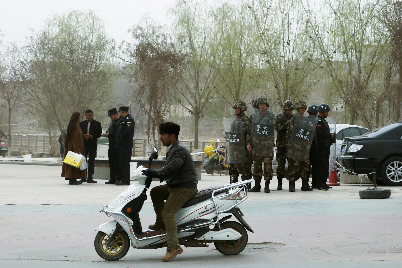 Công an Trung Quốc kiểm tra giấy tờ tại Kashgar, khu tự trị Tân Cương, 24/3/2017.