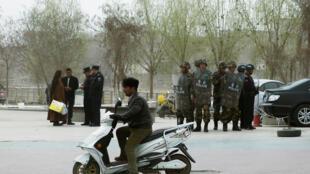 Công an kiểm tra giấy tờ người dân trên đường phố Kashgar, Tân Cương. Ảnh chụp ngày 24/03/2017.