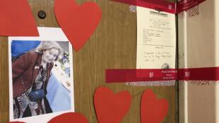 Des scellés de la police et une photo entourée de coeurs, ce mardi 27 mars, sur la porte de l'appartement de Mireille Knoll, dont le corps a été retrouvé lardé de coups de couteau.