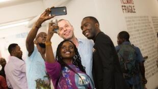 Le photographe allemand Wolfgang Tillmans aux côtés de Congolais lors du vernissage de son exposition «Fragile», au musée d'Art contemporain et multimédias de Kinshasa. L'exposition se tient jusqu'au 18 février.
