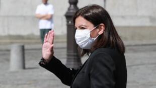 Face à la recrudescence de l'épidémie, la maire de Paris Anne Hidalgo (ici le 9 avril 2020), a de nouveau imposé le port du masque à l'extérieur, dans les zones plus touristiques de la capitale.