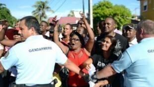 Манифестанты выразили недовольство присутствием Марин Ле Пен на Реюньоне 07/02/2012