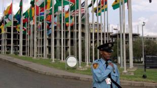 Frente à sede da União Africana em Addis Abeba, Etiópia.