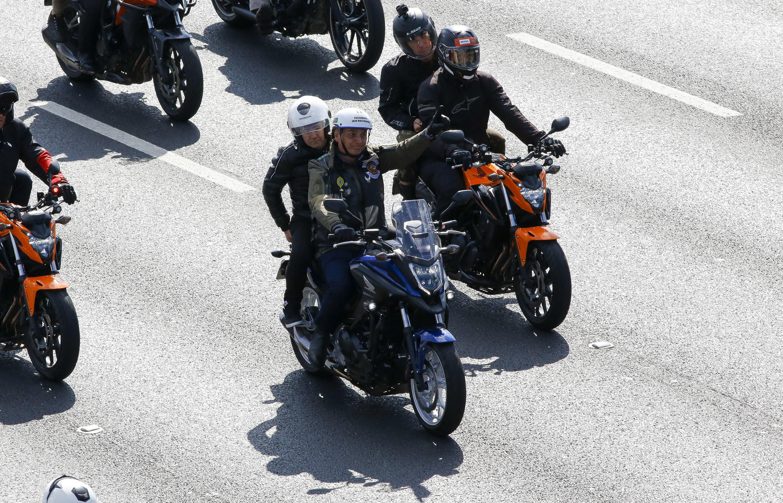 Image RFI Archive : Brésil: Jair Bolsonaro reçoit une amende pour non port du masque. Ici, Le président brésilien Jair Bolsonaro fait signe à ses partisans alors qu'il dirige un rassemblement de motos à Sao Paulo le 12 juin 2021.