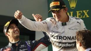 Nico Rosberg (Mercedes) en el podio de Melbourne junto a Daniel Ricciardo (Red Bull) quien terminó siendo descalificado.