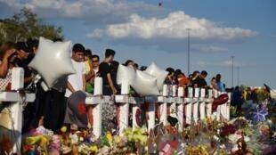 Os moradores de El Paso reúnem-se três dias depois do tiroteio na cidade de El Paso, no sul do Texas.