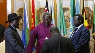 Rais Sava Kiir (kushoto) akiwa pamoja na kiongozi wa waasi Riek Machar (kulia) Mei 9 Addis Ababa.