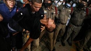 Le militant pro-démocratie thaïlandais Panupong «Mike» Jadnok  est porté dans une ambulance après son arrivée dans un commissariat de Bangkok, le 30 octobre 2020.