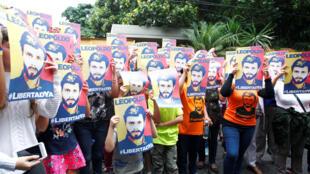 Les partisans de Leopoldo Lopez, devant sa maison, vont continuer à manifester dans les rues de Caracas. Ici, le 8 juillet 2017.
