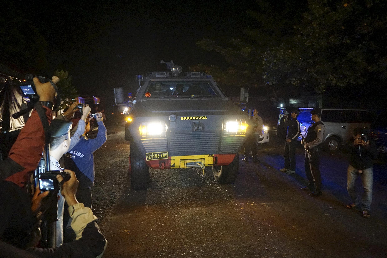 Polícia transporta uma filipina condenada à morte para ser levada à ilha de Nusakambangan, local onde será executada com outros prisioneiros.