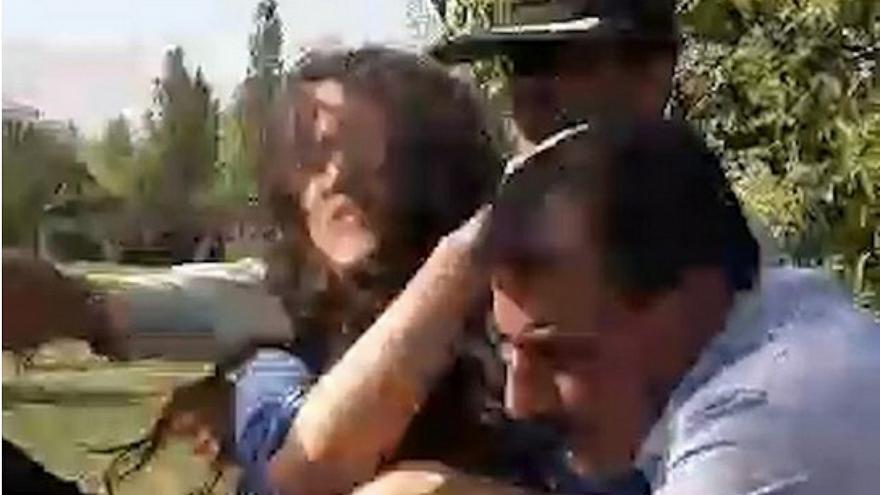 صحنهای از برخورد خشن پلیس با دختر جوان در پارک پلیس در تهرانپارس