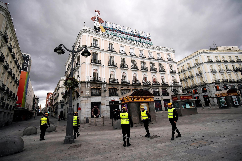Des militaires patrouillent les rues de Madrid, le 16 mars 2020, après la déclaraiton de l'état d'urgence et du confinement de la quasi-totalité des Espagnols.