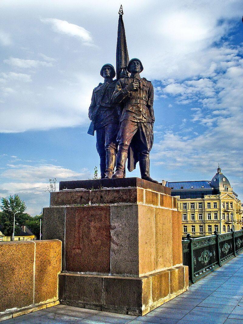 Statue sur le Pont Vert de Vilnius, les «Gardiens de la paix».