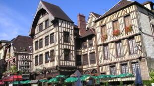 A cidade de Troyes que deve seu nome ao povo gaulês dos Tricasses é uma cidade medieval, capital histórica da região de Champagne.